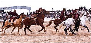 Sport national en Afghanistan, ce jeu équestre collectif consiste à transporter, une carcasse de chèvre  à un point donné puis le ramener au point de départ sans ce la faire prendre par l'équipe adverse, si