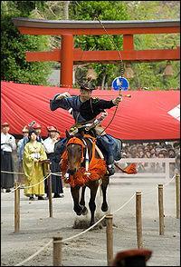 Discipline ancestrale japonais et samouraï, qui consiste à tirer à l'arc sur un cheval au galop.