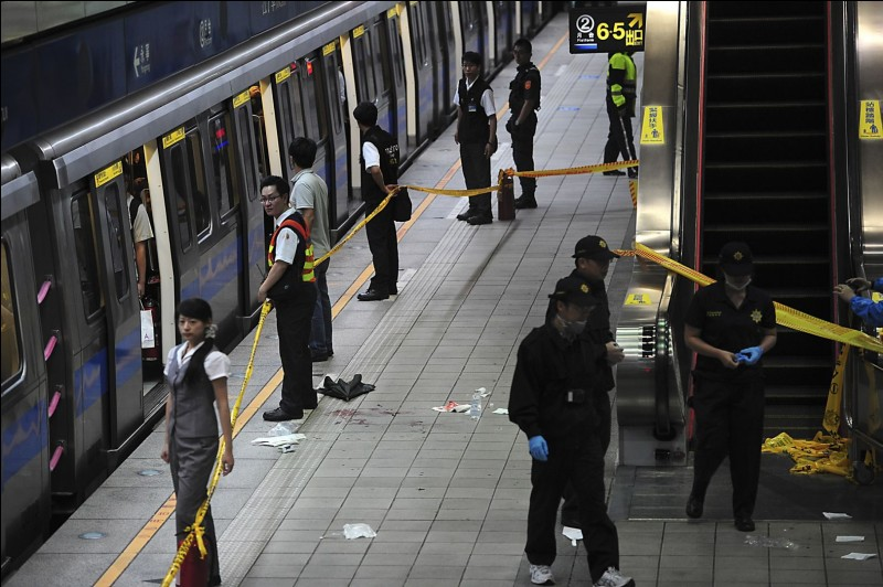 Tu es dans le métro, quelqu'un agresse un vieil homme. Il a l'air dangereux et il est probablement armé. Que fais-tu ?