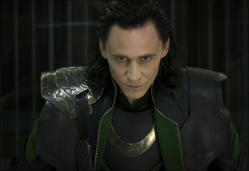 Dans Avengers, qui affrontent Loki au corps-à-corps à Stuttgart ?