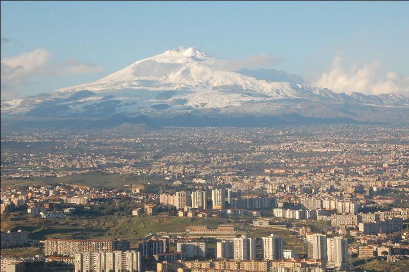 """E - """"L'Etna"""", en Sicile, est le volcan le plus actif d'Europe."""