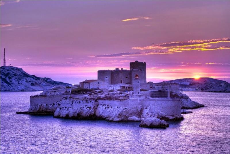 Chers tous, Une petite carte du Château d'If, pas le temps d'écrire, le bateau arrive, bises ...