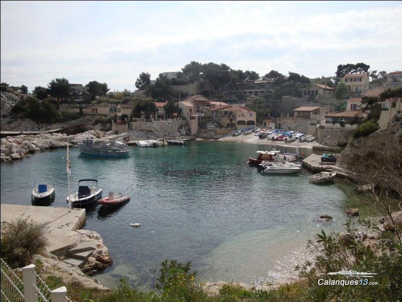 Mes chers copains, Me voici dans un trou paumé de la côte bleue, à l'ouest de Marseille, entourée de calanques, le paysage est magnifique, on se croirait au bout du monde ! Recevez mes amicales pensées de....