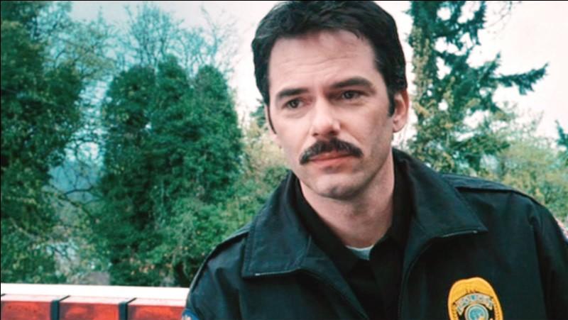 Qui est le père policier de Bella ?