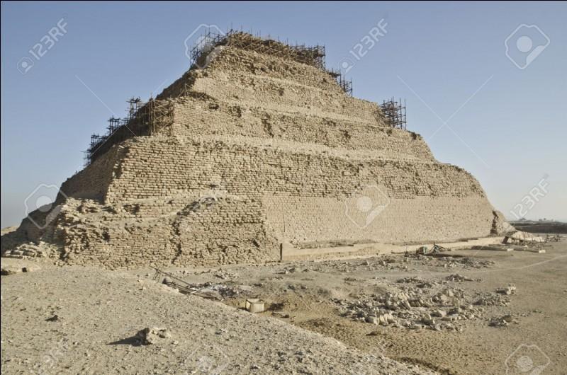 Comment se nomme un site près de Saqqarah qui contient 24 sarcophages de granit géants, creux, avec des angles parfaitement droits?