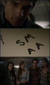 Scott a écrit le prénom d'Alison sur l'étagère de la bibliothèque