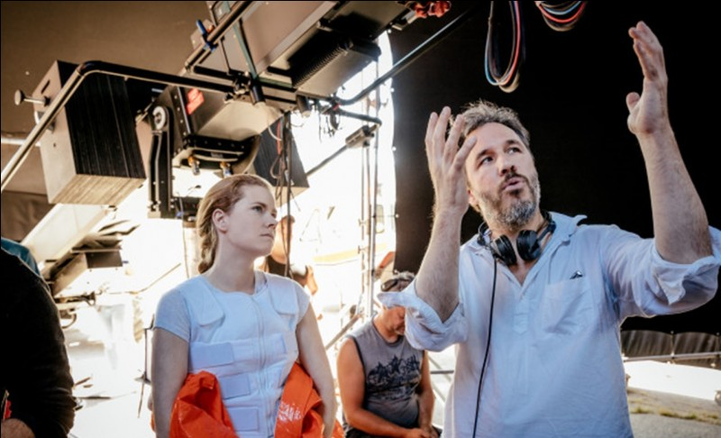 Il est possible de reconnaître le film à son actrice, ici en photo avec son réalisateur, Denis Villeneuve, ainsi qu'à sa tenue tout à fait particulière...
