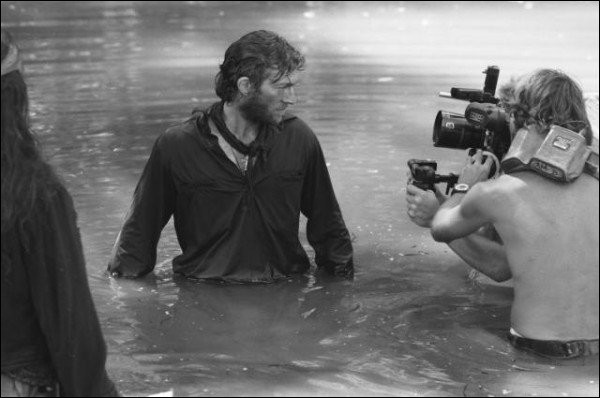 Ce n'est pas un métier facile que technicien sur un tournage. Ici, il faut se mouiller, comme l'acteur du film. Quel est ce film?