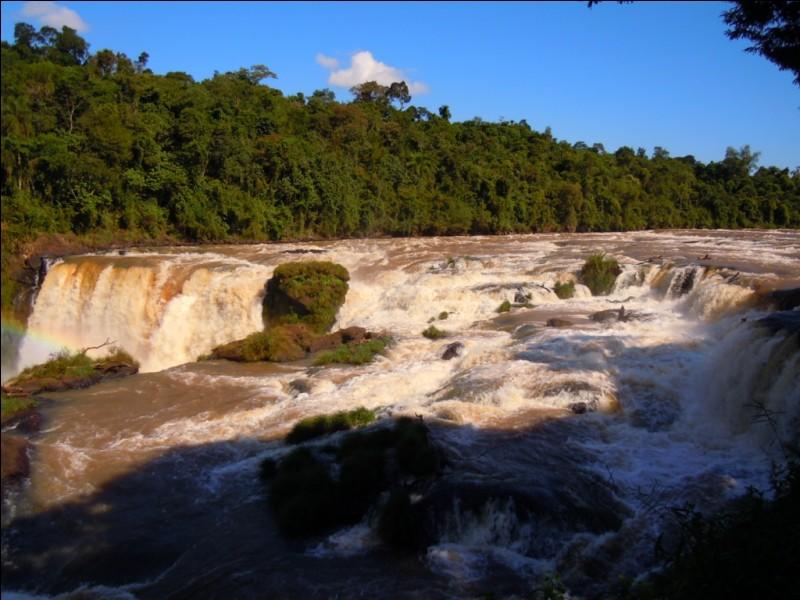 Je suis le Paraguay, et c'est l'Océan Pacifique qui baigne mes côtes !