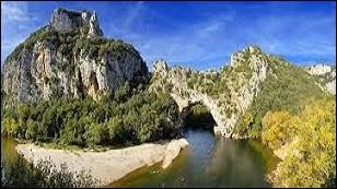 Qu'a-t-on trouvé sur les bords de la rivière Iman-Burluk, au Kazakhstan ?