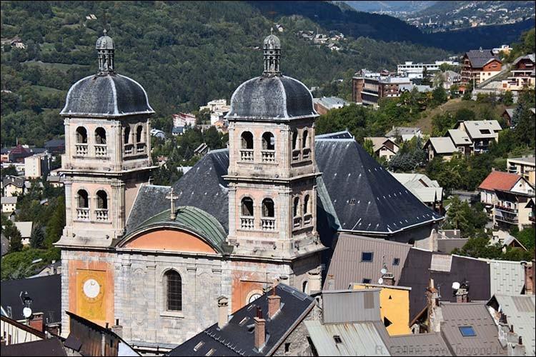 De ces quatre départements,lequel n'est pas frontalier de celui des Hautes-Alpes?