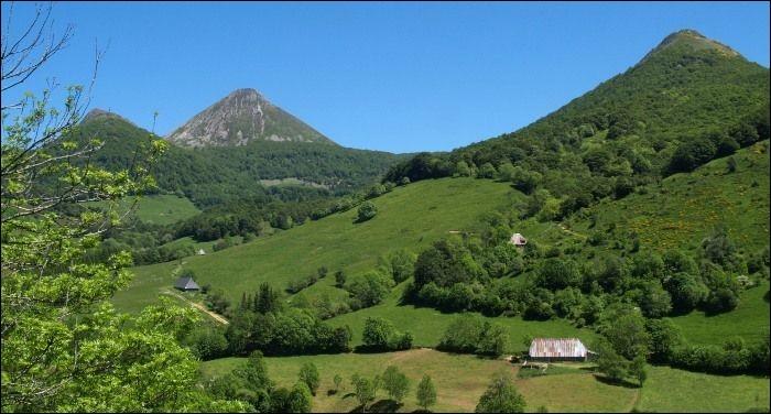 Le département du Cantal ne touche pas celui :