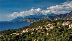 La ville de Tirana est la capitale de l'Albanie.