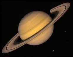 La planète Saturne se trouve entre Jupiter et Uranus.