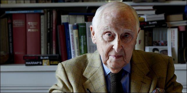 Jeune royaliste dans les année 30, il refuse l'armistice et rejoint de Gaulle et la France Libre. il mène plusieurs mission en France, et travaille comme secrétaire de Jean Moulin, à la mise en place du CNR. De qui s'agit-il ?
