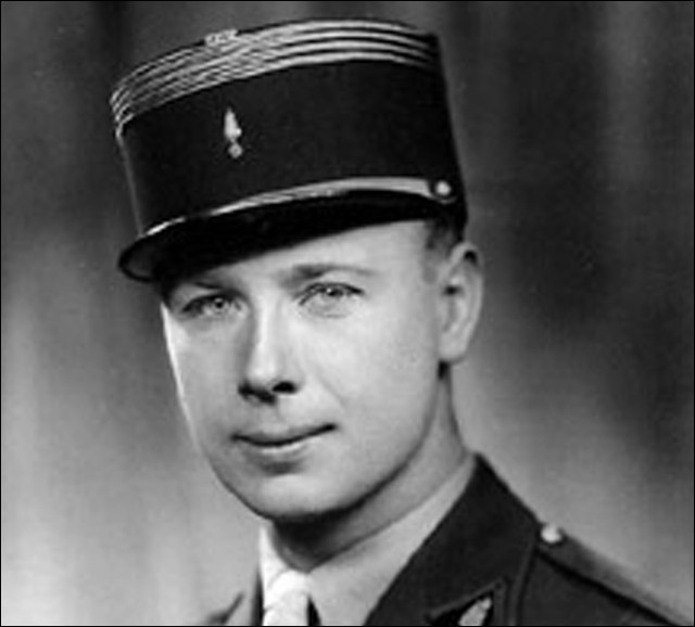 Officier, il participe à la campagne de Norvège de mai 1940, il rejoint de Gaulle le 1er juillet. Il sera, pendant trois ans, l'organisateur et le chef des services secrets de la France libre. De son véritable nom André Dewawrin, de qui s'agit-il ?