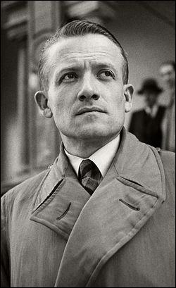 """Cet officier, hostile à l'armistice, entre en clandestinité en 1941 et fonde alors un mouvement qui prend le nom de """"Combat"""". Organisateur de l'Armée secrète, il devient l'un des chefs des Mouvements unis de résistance (MUR). Qui est-ce?"""
