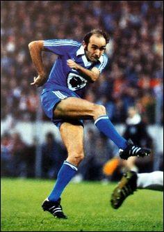 Élu footballeur corse du siècle, ce joueur a toujours joué au SC Bastia. Quel est son nom ?