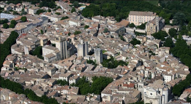 UZES - Dans l'arrondissement de laquelle de ces villes se situe cette commune du sud de la France ?