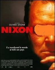 Quel comédien joue le président Nixon dans le long-métrage éponyme de 1995, réalisé par Oliver Stone ?