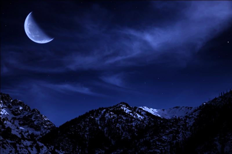 Sur l'image, comment est la lune ?