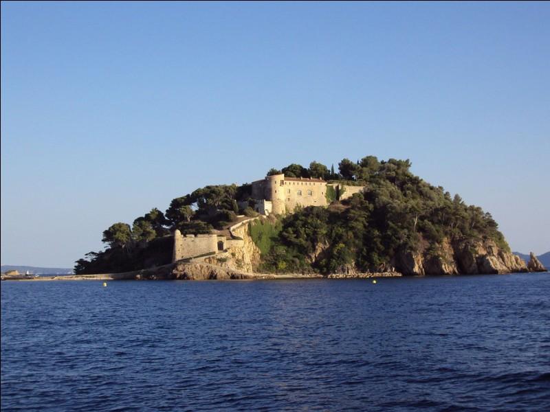Le fort de Brégançon, lieu officiel de villégiature du président de la République française, est situé sur la commune de Bormes-les-Mimosas. Dans quel département se trouve-t-il ?