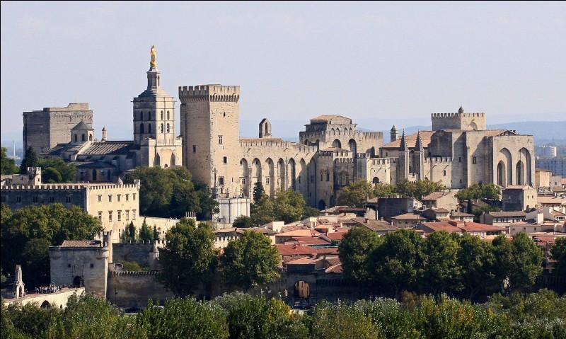 De 1309 à 1376, sept papes se sont succédés dans ce palais pontifical construit en France, dans une ville vauclusienne. Laquelle ?