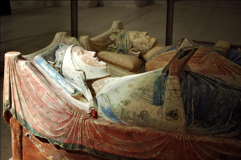 Pour voir le gisant d'Aliénor d'Aquitaine à Fontevraud, près de Saumur, dans quel département irez-vous ?