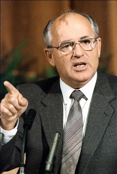 Quel est le président américain qui signe ces accords avec le chef d'Etat soviétique Mikhaïl Gorbatchev ?