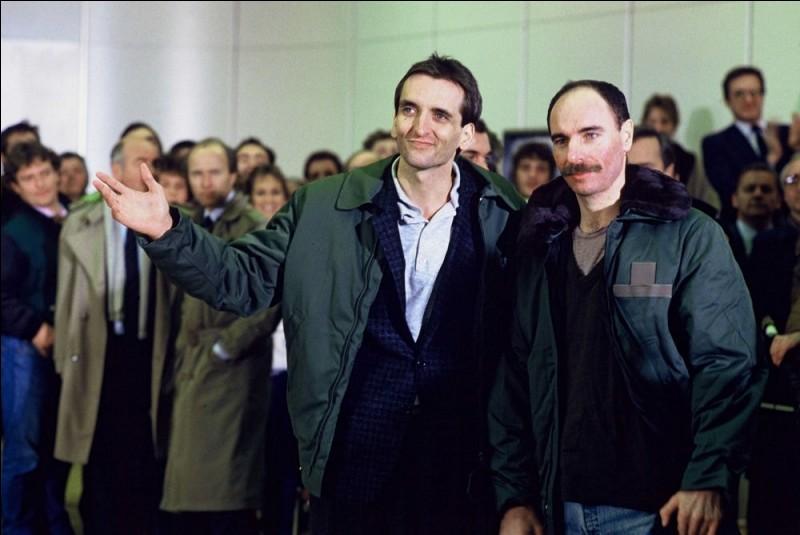 Le 27 novembre, deux otages français - Jean-Louis Normandin et Roger Auque - sont libérés après des mois de captivité. Où étaient-ils détenus ?