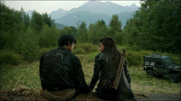 Octavia et Bellamy sont frères et soeurs dans la série ou dans les livres ?