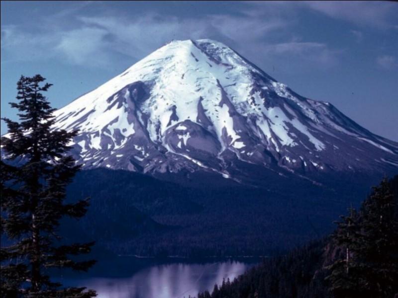 Qui descend de la montagne sans bouger ?