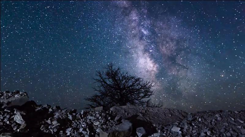 Dans le ciel nocturne, tu regardes...