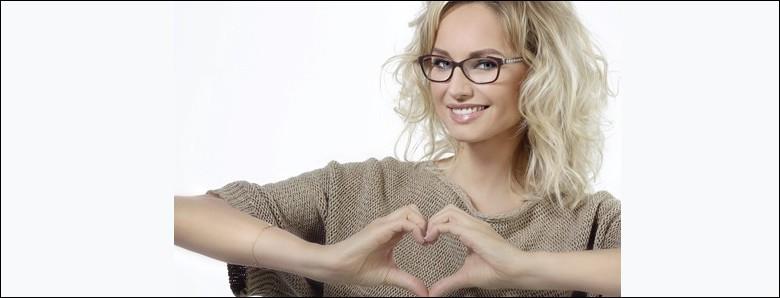 La belle Adriana Karembeu nous vante les mérites de la marque de lunettes Atol sur la chanson...