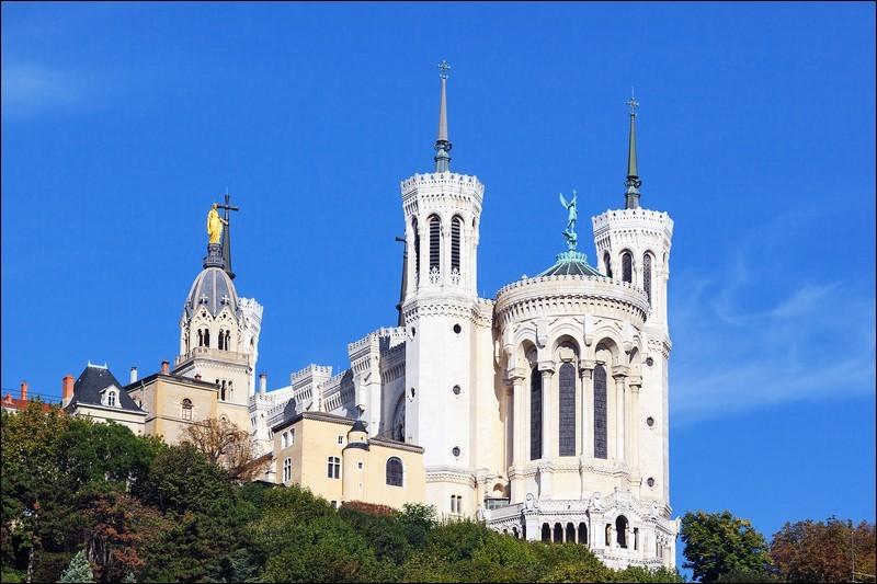 Quelle ville est la préfecture du Rhône ?