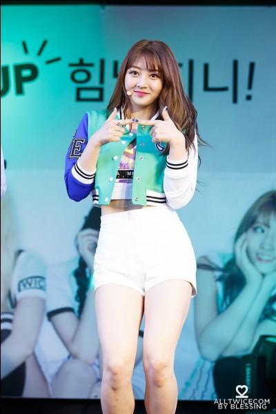 Pendant combien de temps a-t-elle été stagiaire à la JYP ?