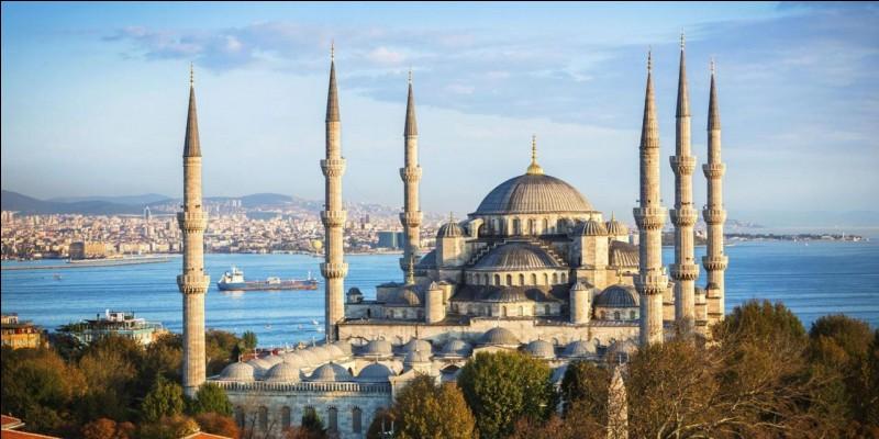 Nous terminons dans cette ville immense : c'est l'ancienne Constantinople, elle s'étend sur les deux rives du Bosphore. Vous l'aurez reconnue : de quelle ville s'agit-il ?