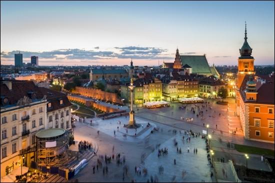 Déplaçons nous maintenant vers la capitale de la Pologne. De quelle ville s'agit-il ?