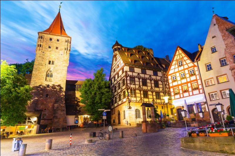 Nous voici en Allemagne, dans cette ville du nord de la Bavière, ville symbole du IIIe Reich et siège du tribunal international de jugement des crimes du nazisme. De quelle ville s'agit-il ?