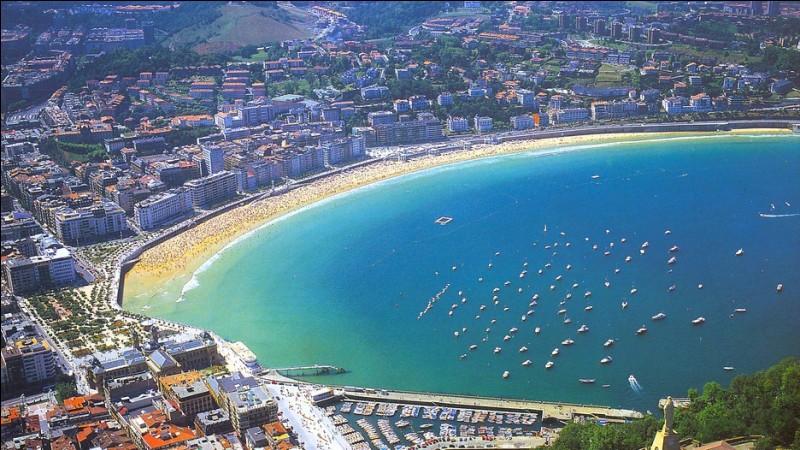 Cette ville balnéaire espagnole, appelée Donostia en langue basque, se trouve à 20 km de la frontière française. De quelle ville s'agit-il ?
