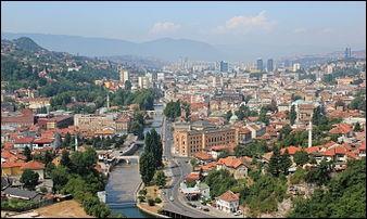 Capitale de la Bosnie, cette ville a été déchirée et dévastée par les conflits qui ont accompagné l'éclatement de la Yougoslavie. De quelle ville s'agit-il ?