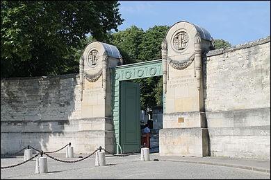 Le Père Lachaise, qui donne son nom au plus célèbre cimetière de Paris, qui est le cimetière le plus visité au monde, était le confesseur du Roi de France Louis XIV. Vrai ou faux ?