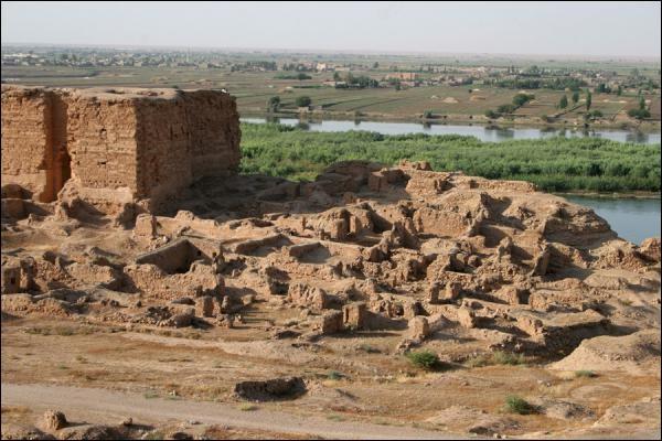 Sur quel fleuve se trouvent les ruines antiques de Doura Europos ?