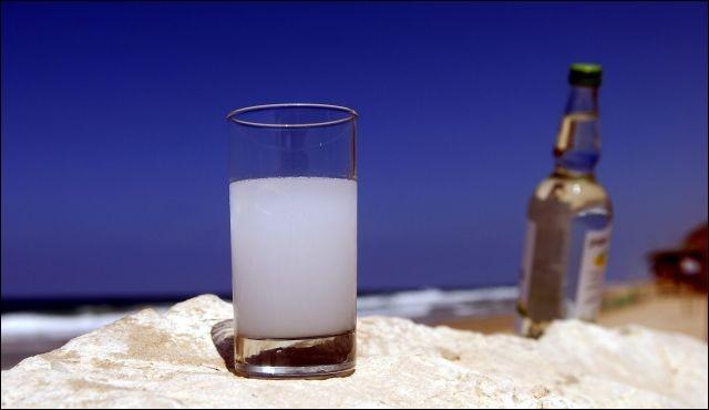 """Envie d'une eau-de-vie libanaise préparée avec du jus de raisin fermenté aromatisé avec des graines d'anis ? En insérant une lettre au mot """"arc"""", c'est possible !"""