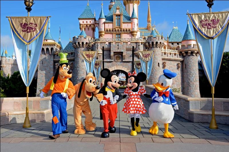 Il... la chanson des poupées de Disneyland.