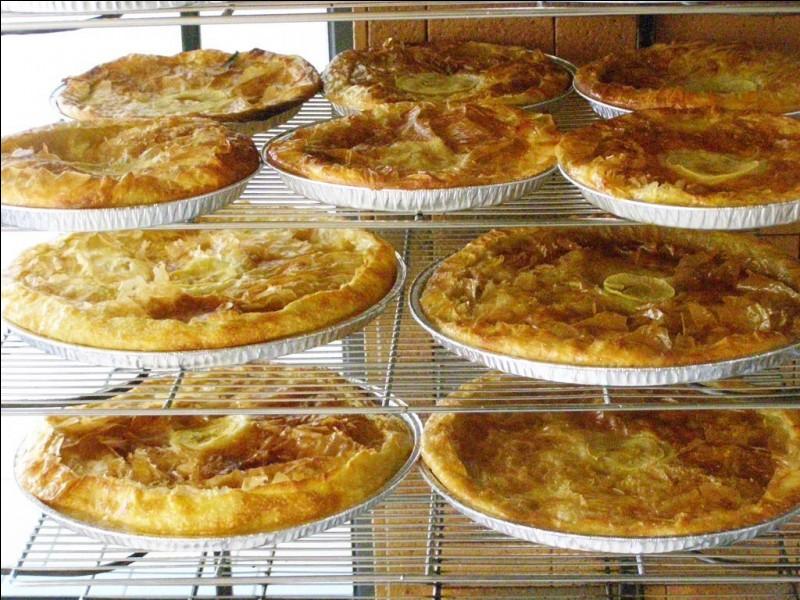 La tourtière landaise appelée croustade dans le Gers est faite avec de la pâte ...