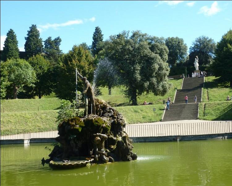 """Dans quelle ville de Toscane, peut-on flâner dans le célèbre jardin de Boboli et y admirer une grande vasque dite """"Vivier de Neptune""""?"""