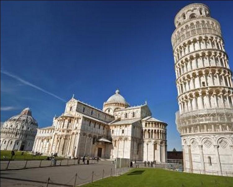 """A Pise, sur cette vaste esplanade recouverte de pelouses, on y trouve le Duomo, la Tour penchée, le Baptistère et le Camposanto. Quel surnom porte cette place appelée à l'origine """"Piazza del Duomo""""?"""