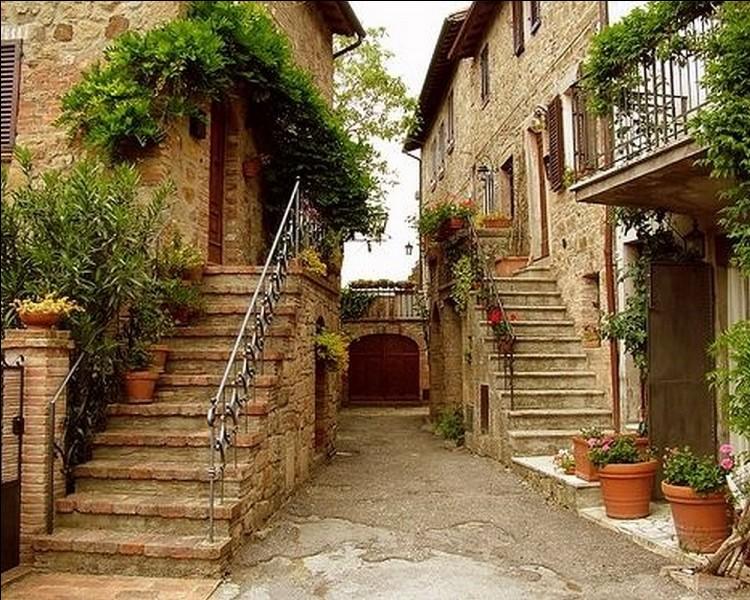 Le village de Pitigliano surplombe des gorges de la lente. Quelle particularité attire de nombreux touristes dans cette bourgade médiévale ?