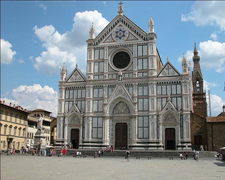 Présentant une façade néo-gothique, quel est cet édifice religieux majeur de la ville de Florence ?